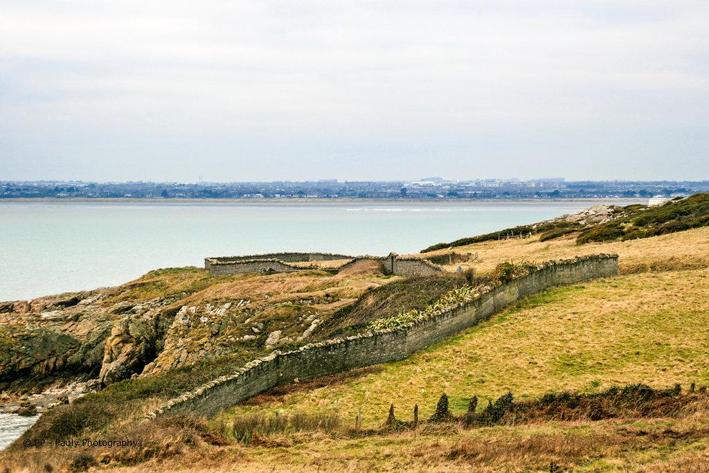 Eine Mauer aus Muscheln und Sandstein