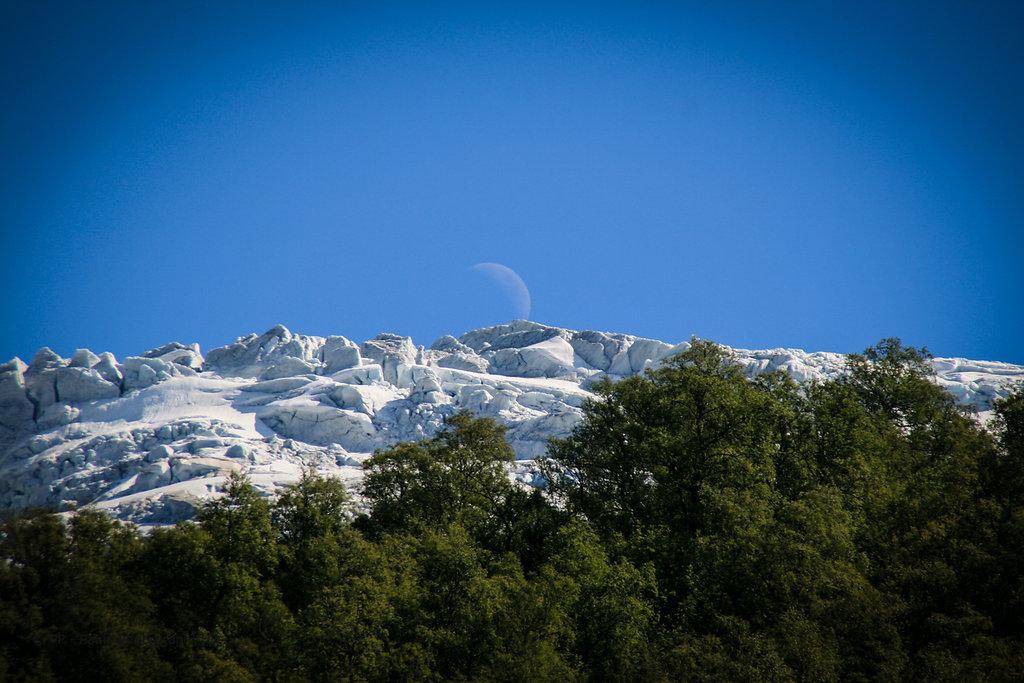 Mond über Gletscher