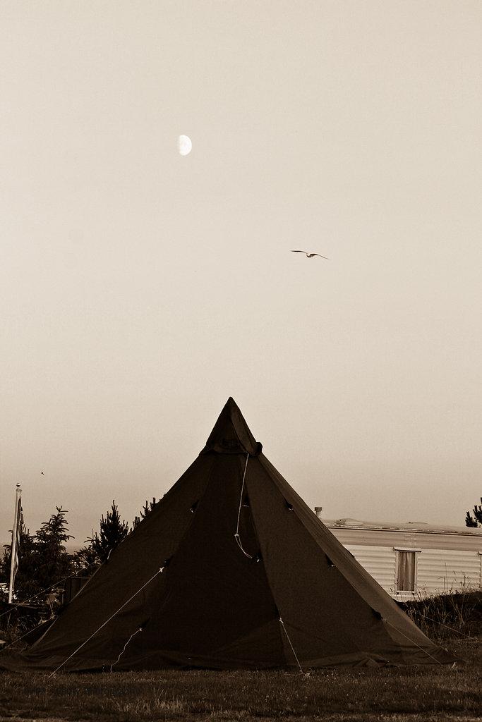 Mond über Zelt